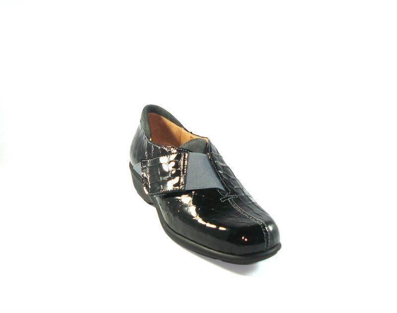 cda396674fa17 Zapato cuña negro en charol